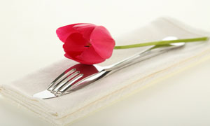 红色郁金香花朵与刀叉高清摄影图片