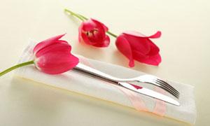红色郁金香与刀叉高清摄影图片