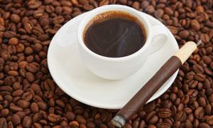 一杯热咖啡与咖啡豆高清摄影图片