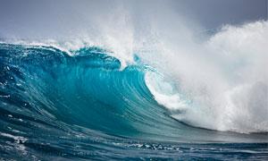 海面卷起的浪花高清摄影图片