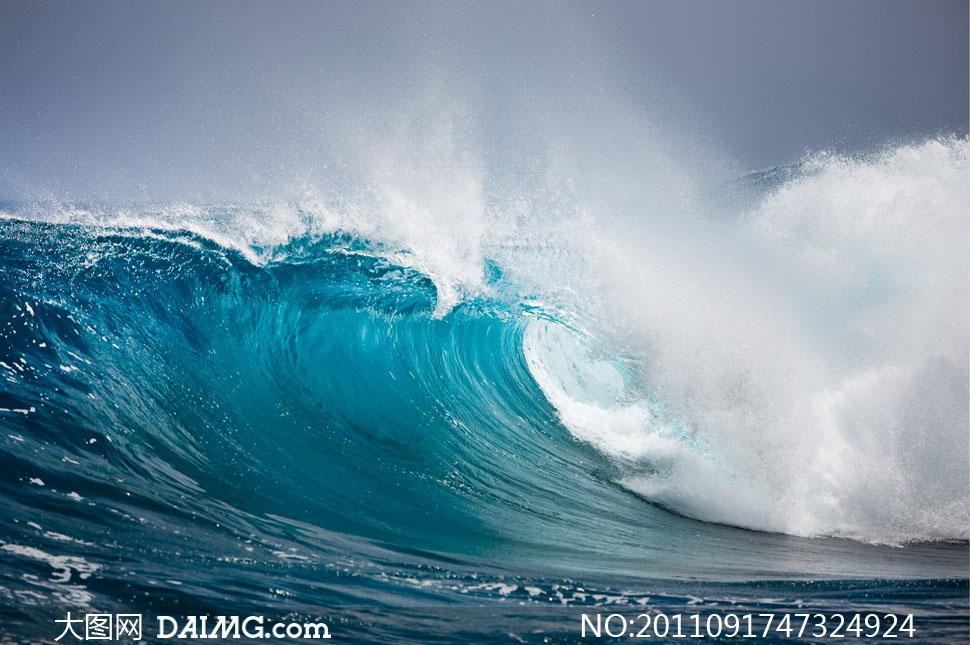 海面卷起的浪花