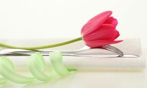 刀叉餐具与餐巾郁金香高清摄影图片