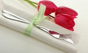 郁金香与刀叉餐巾高清摄影图片