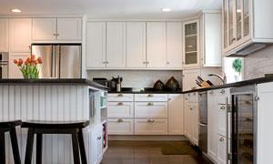 厨房内的橱柜与厨具高清摄影图片