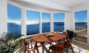 浩瀚大海边的景观房高清摄影图片