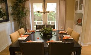 室内餐厅餐桌餐具摆放高清摄影图片