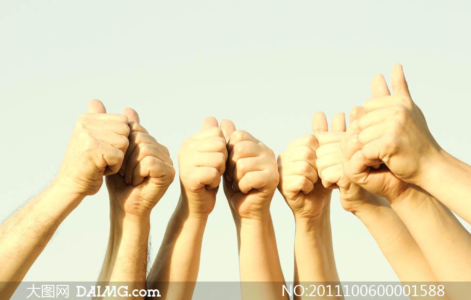 团结加油翘起大拇指手势摄影图片