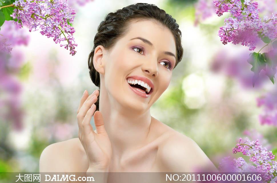 侧面大笑的美容美女模特图片素材