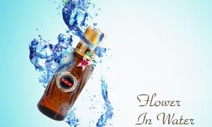 落入水中的精油瓶与花朵PSD分层素材