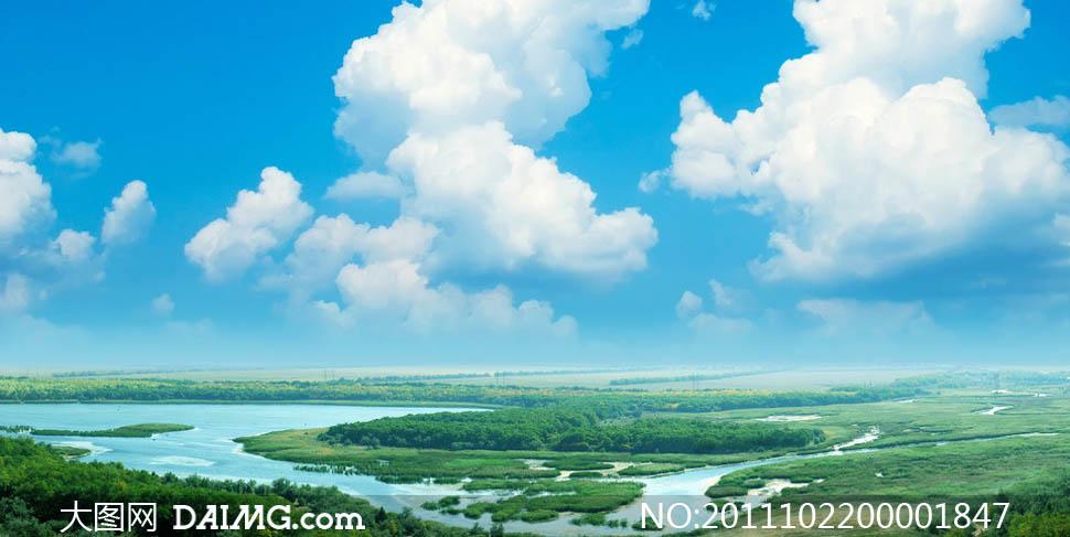 摄影图片下载 关键词: 蓝天白云草地湖泊池塘水塘森林树林树木草丛