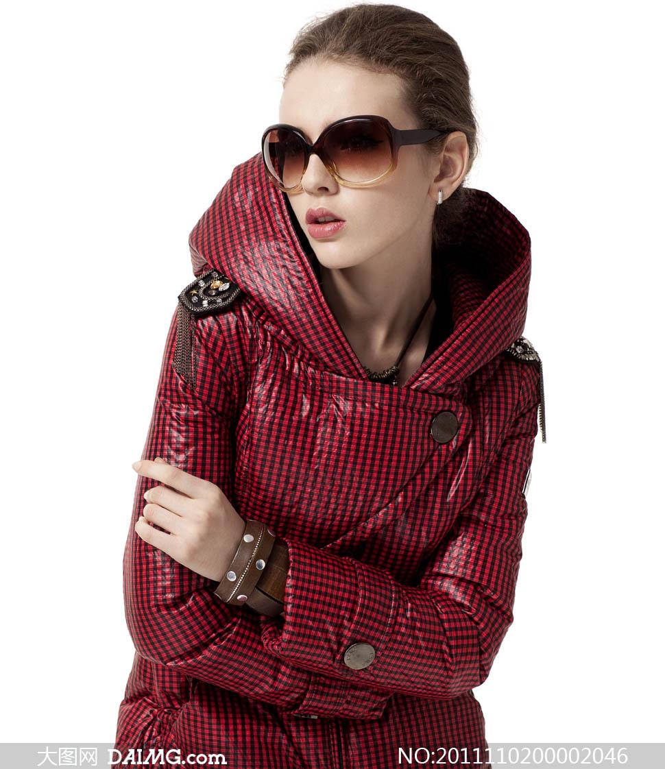羽绒服美女艾上雪美女冬天冬季服装抱肩大