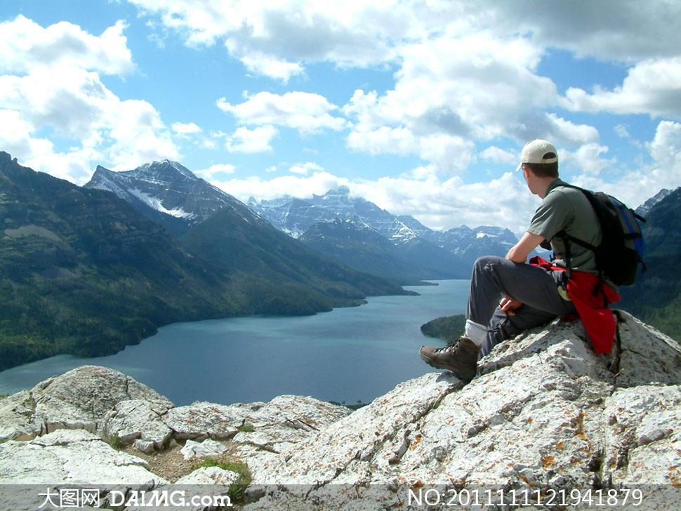坐在石头上的旅行者高清摄影图片