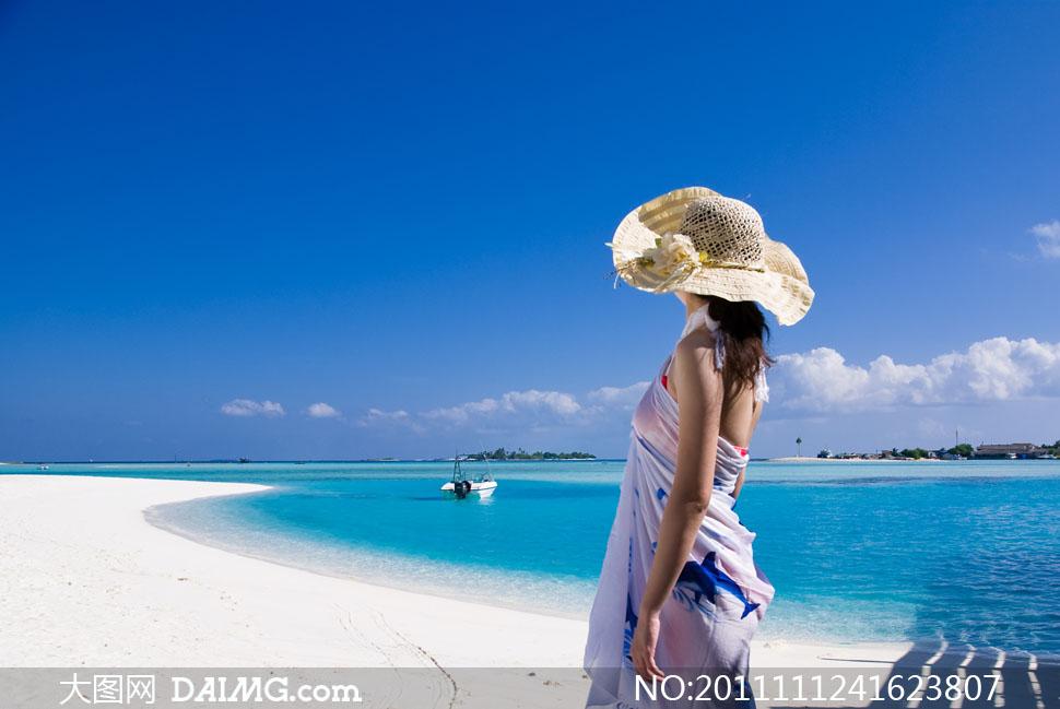 蓝天白云海边美女人物背影高清摄影图片