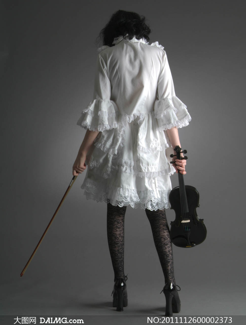 拿着小提琴的美女背影摄影图片