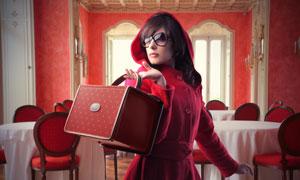 餐厅里手拿皮箱的红衣女子高清摄影图片