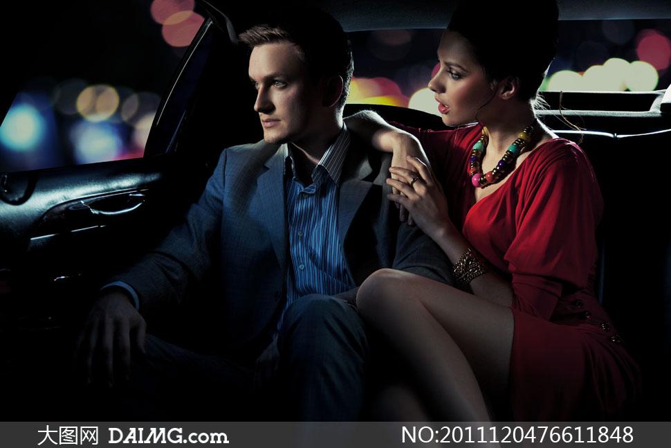坐在车内的美女帅哥人物高清摄影图片