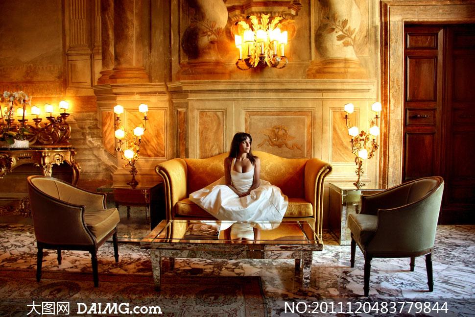 豪华房间里坐在沙发上的美女高清摄影图片