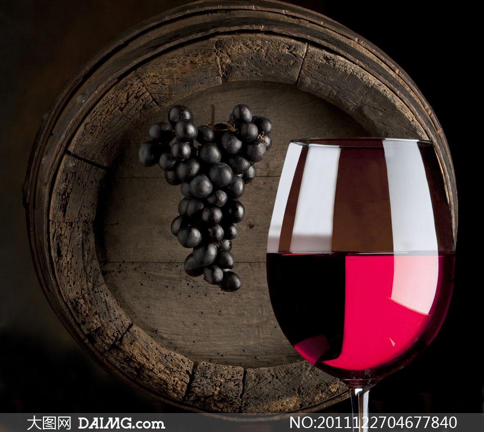 素材摄影特写酒杯高脚杯杯子葡萄红酒橡木桶桶底木桶