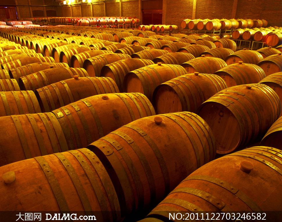 葡萄酒酒窖里的橡木桶高清摄影图片