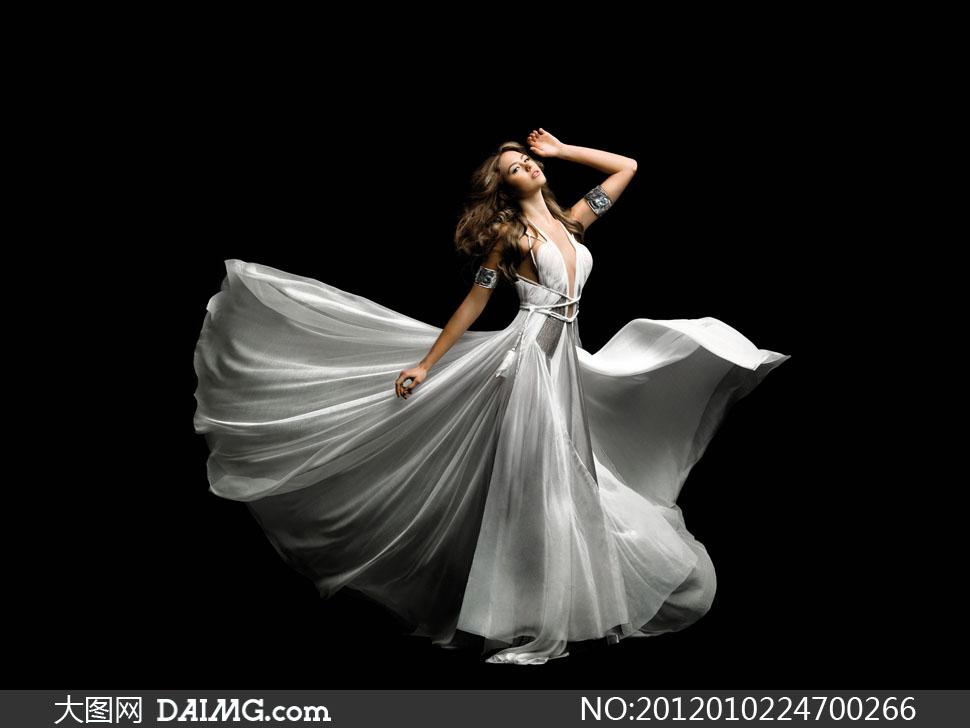 黑色背景身穿礼服优雅美女高清摄影图片