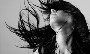 甩头发的美女人物黑色摄影高清图片