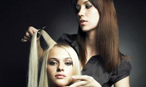 正在打理头发的理发师高清摄影图片
