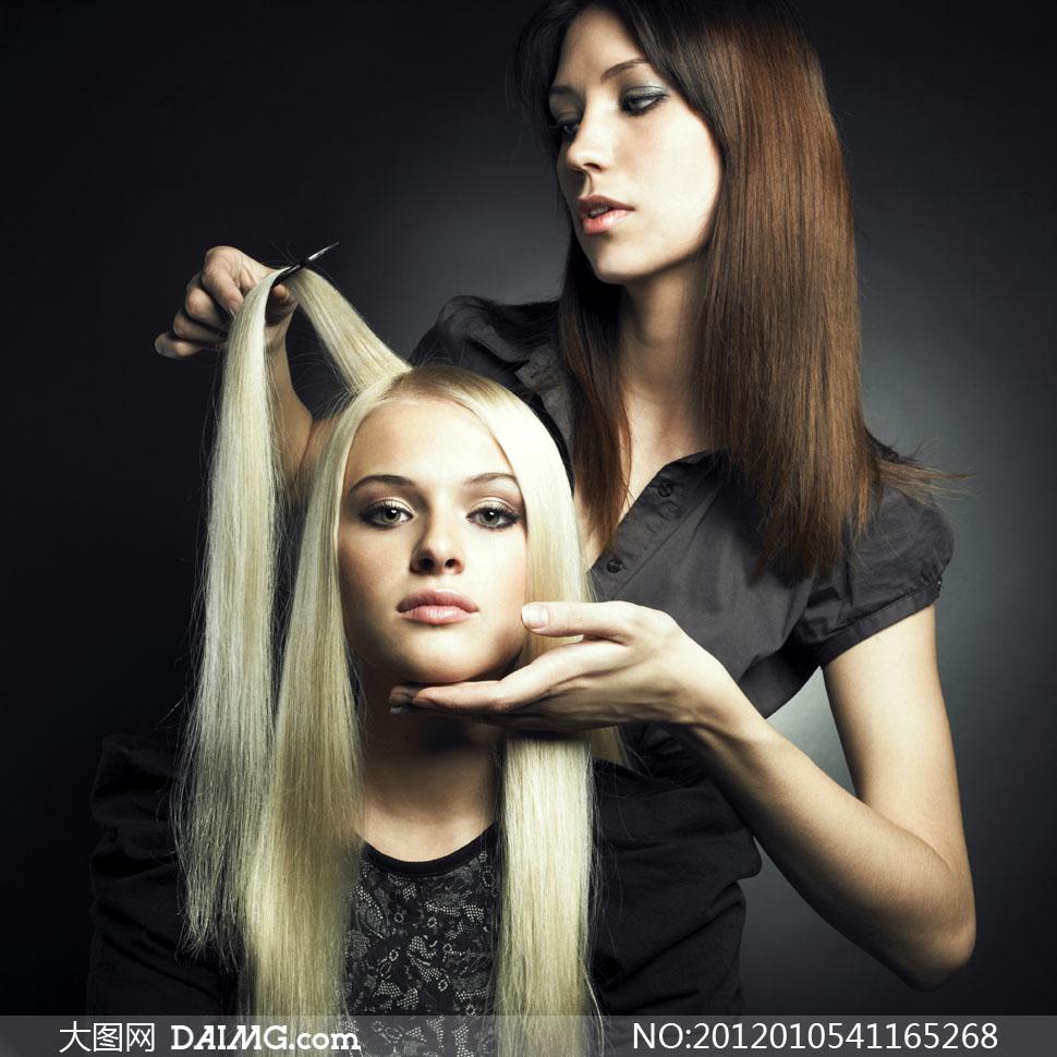 正在搭理头发的理发师高清摄影图片