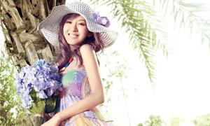 站在树旁的夏日清凉装扮美女高清摄影图片
