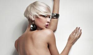 上身半裸靠着墙的美女模特高清摄影图片