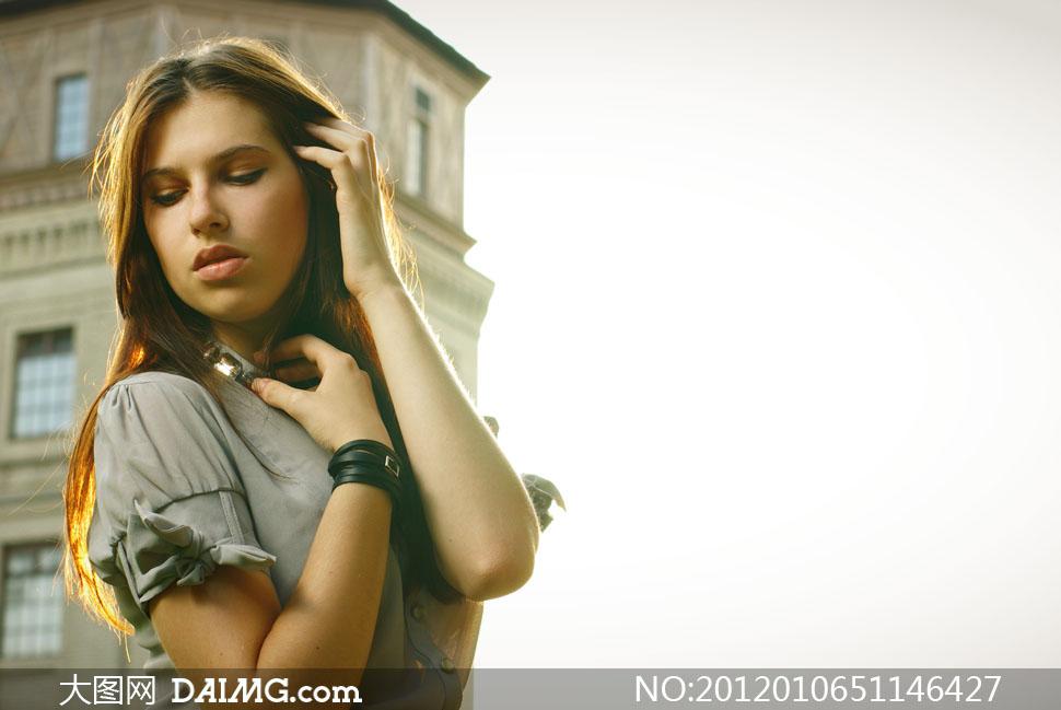 建筑物背景外国美女人物高清摄影图片