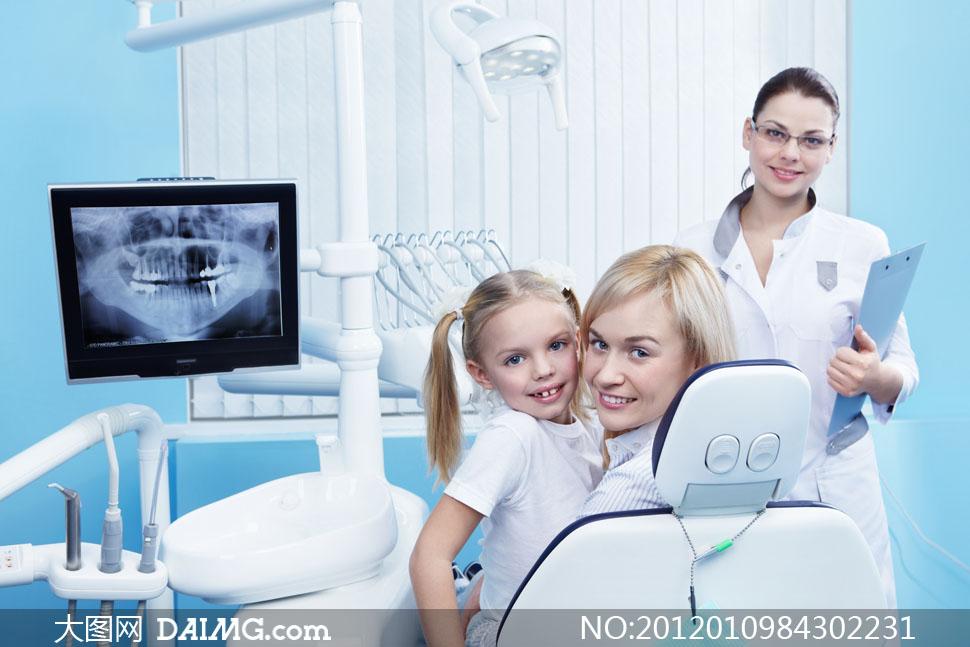在看牙科门诊的母女俩高清摄影图片