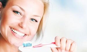 手拿牙刷的美女人物高清摄影图片