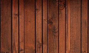 排列整齐的棕红色木板条