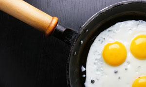 平底锅里的煎蛋高清摄影图片