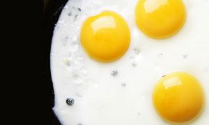 蛋清与三个蛋黄特写高清摄影图片