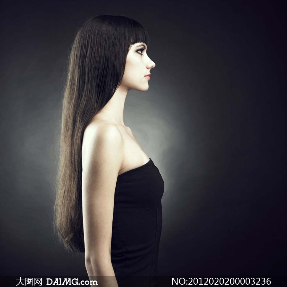 侧身站立的长发美女摄影图片