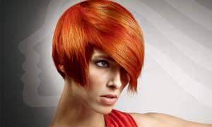 穿着红绸缎的美发模特摄影图片