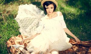 草地上头戴帽子的美女高清摄影图片