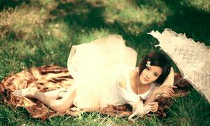 侧趴着的撑伞美女人物高清摄影图片