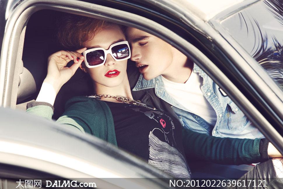 汽车里的美女帅哥人物高清摄影图片 +大图网设