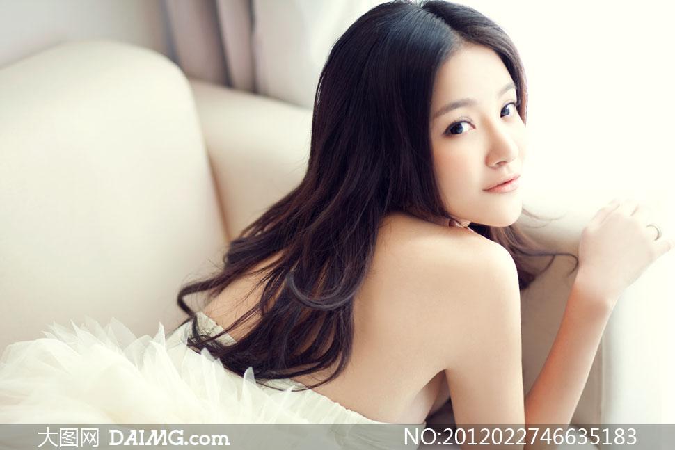 沙发上趴着的美女人物高清摄影图片