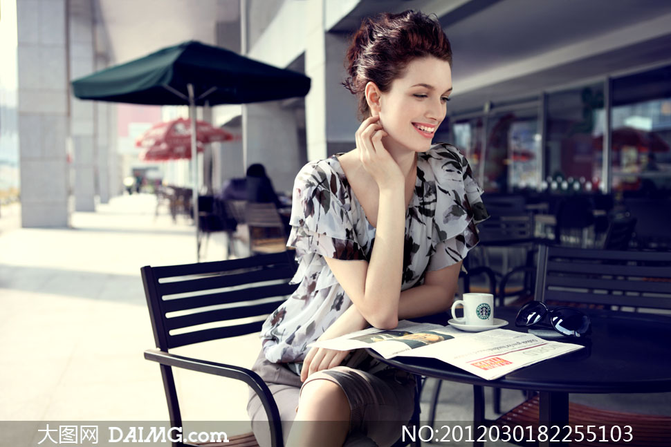 咖啡馆外休闲优雅美女人物高清摄影图片