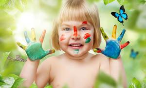 画着彩绘效果的小女孩图片素材