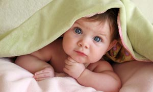 躲在被窝的可爱婴儿摄影图片