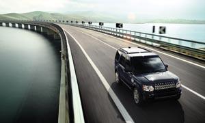 桥面公路上行驶的汽车摄影图片