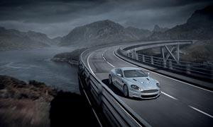 桥面上形式的超级跑车摄影图片