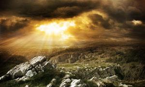 乌云笼罩下的颓废岩石高清摄影图片