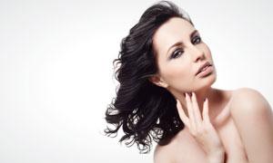 黑色卷发外国美女人物高清摄影图片