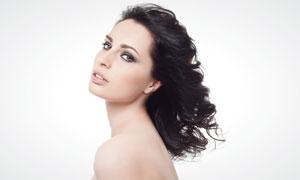 露肩黑发美女人物侧面摄影高清图片