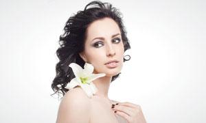 肩膀上放着百合花的美女高清摄影图片